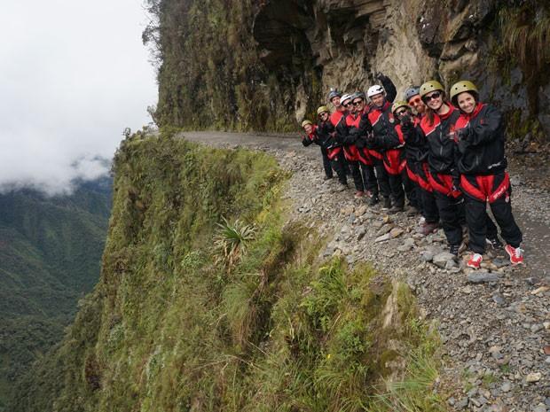 Turistas na Estrada da Morte na Bolívia (Foto: GravityBolivia.com/Divulgação)