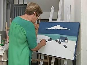 Aposentada Wercelei fez da pintura uma terapia  (Foto: Reprodução/ TV TEM)