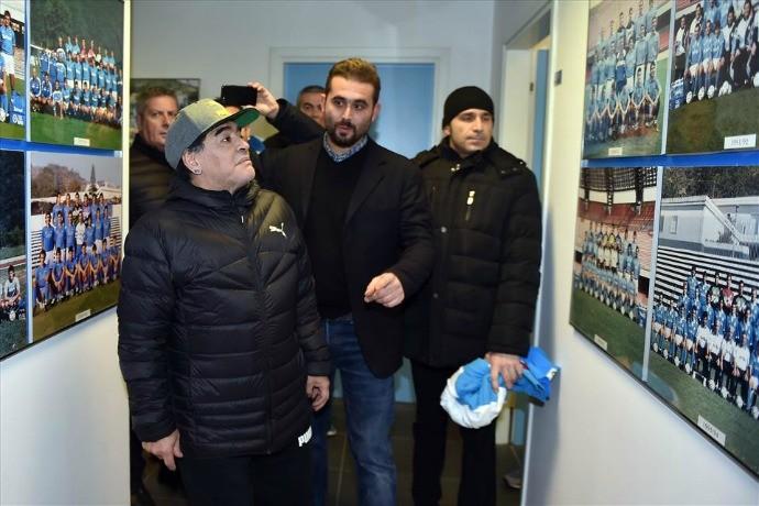 BLOG: Maradona visita centro de treinamentos do Napoli e faz a festa com os jogadores