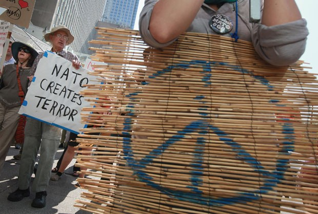 Manifestantes protestam contra a Otan nesta segunda-feira (14) em Chicago (Foto: Reuters)