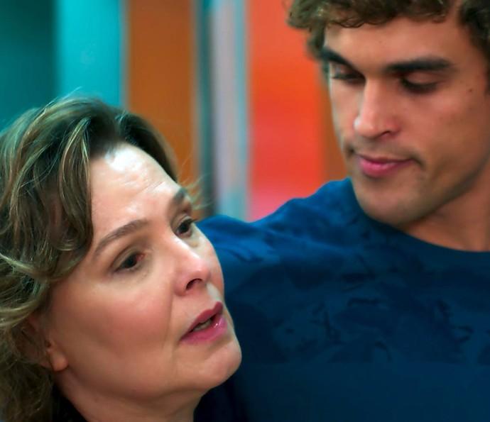 Gabriel confessa que poderia namorar Joana e deixa Irene preocupada (Foto: TV Globo)