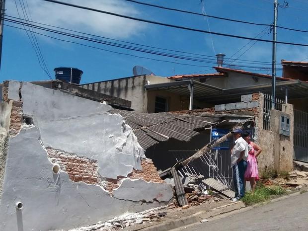 Caminhão carregado de farinha tomba em Bragança (Foto: Mario Perazzolo/ Vanguarda Repórter)