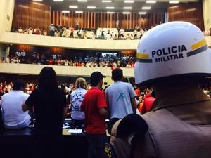Polícia Militar está no Plenário,mas não interveio na invasão (Foto: Sabrina Coelho/G1)