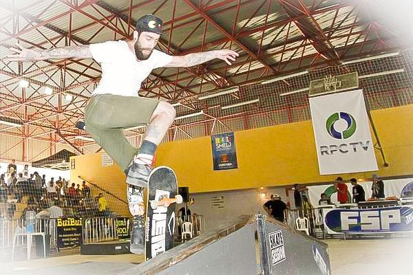 Marco voltou a andar de skate há aproximadamente um ano, quatro após o acidente de moto, em que perdeu parte da perna (Foto: Euricles Macedo/RPC TV)