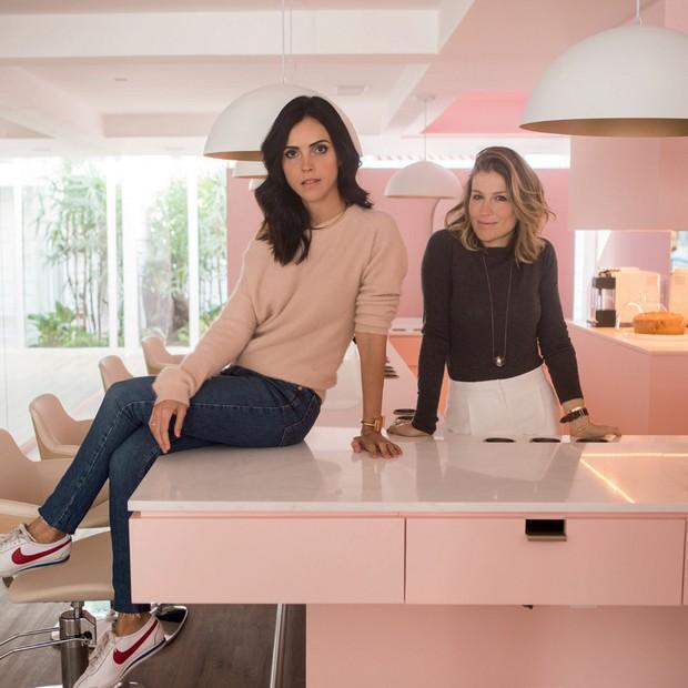 Bianca (sentada) e Renata, no DryClub. (Foto: Divulgação )