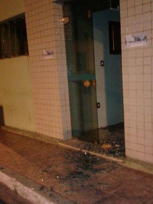 Porta de vidro foi quebrada por pedra (Foto: Landerrobson Ribeiro/Arquivo Pessoal)