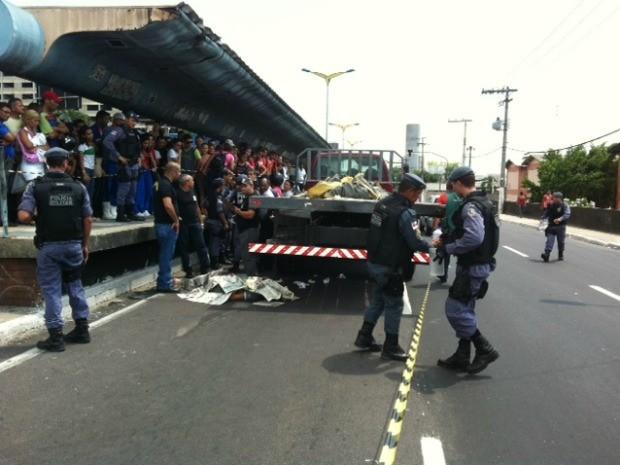Jovem de 17 anos morreu após ser atropelada por caminhão na Avenida Constantino Nery, em Manaus (Foto: Adneison Severiano/G1 AM)