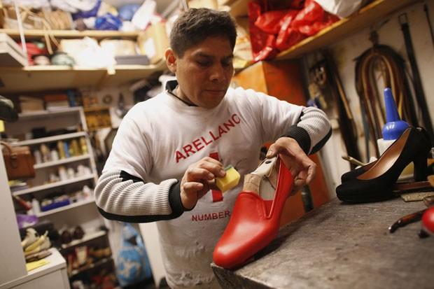 Antonio Arellano trabalha em sua oficina em Roma (Foto: Tony Gentile/Reuters)