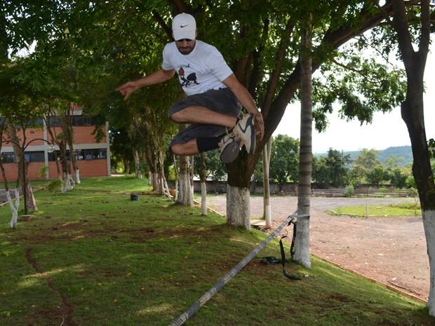 Xandele faz manobras em cima da fita no Campus II do Unis em Varginha. (Foto: Tiago Campos / G1)