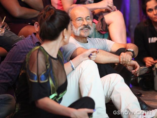 Osmar Prado e Juliana Paes assistem ao clipe com cenas da novela (Foto: Carol Caminha / TV Globo)