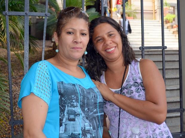 Maria Cristina Lopes de Souza de 44 anos e Marlene Santos Araujo de 34 anos se apoiam para prestar a prova do Enem, em Piracicaba. Juntas elas se preparam para o exame. Ambas tem o mesmo objetivo buscar uma oportunidade de ingressar uma universidade e mud (Foto: Fernanda Zanetti/G1)