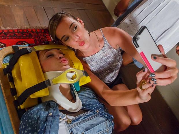 Adriana Birolli e Josie Pessoa fazem selfie nos bastidores de Império (Foto: Artur Meninea/Gshow)
