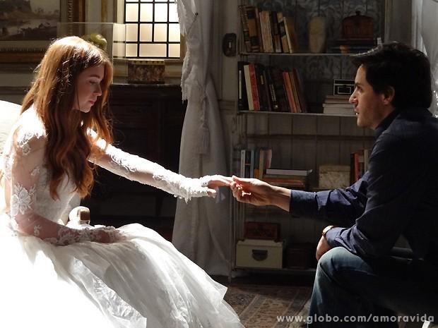 Sensibilizado, ele beija a mão da amada (Foto: Amor à Vida / TV Globo)