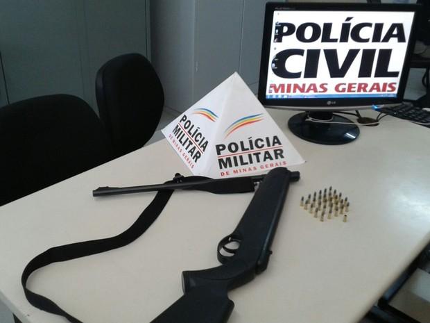 Uma espingarda calibre 22 e munições foram apreendidas (Foto: Polícia Militar/Divulgação)