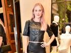 Fiorella Mattheis circula com os cabelos cor de rosa em noite de moda