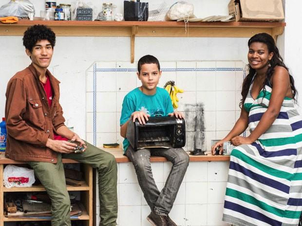 Luiz, Davi e Pamella se preparam para produzir suas invenções no Gambiarra Favela Tech, no Complexo da Maré (Foto: Douglas Lopes/BBC Brasil)