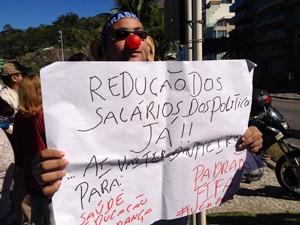 Mnaifestante exibe cartaz durante protesto no Leblon (Foto: Cristiane Cardoso/G1)