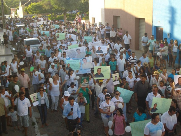 A caminhada reuniu mais de 800 pessoas e percorreu a cidade de São Julião (Foto: Hamilton Rocha)