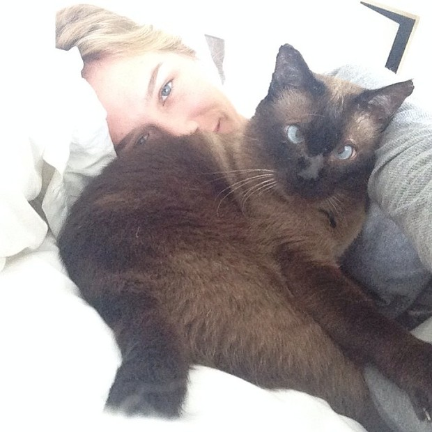 Fiorella Mattheis com sua gatinha na cama (Foto: Instagram)