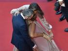 Izabel Goulart sofre com vestido no tapete vermelho do Festival de Cannes
