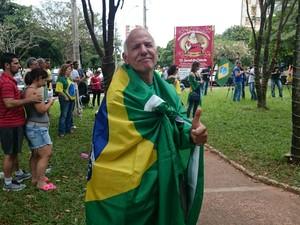 Aposentado Luiz Bughe foi com a bandeira do Brasil  (Foto: Paola Patriarca/G1)