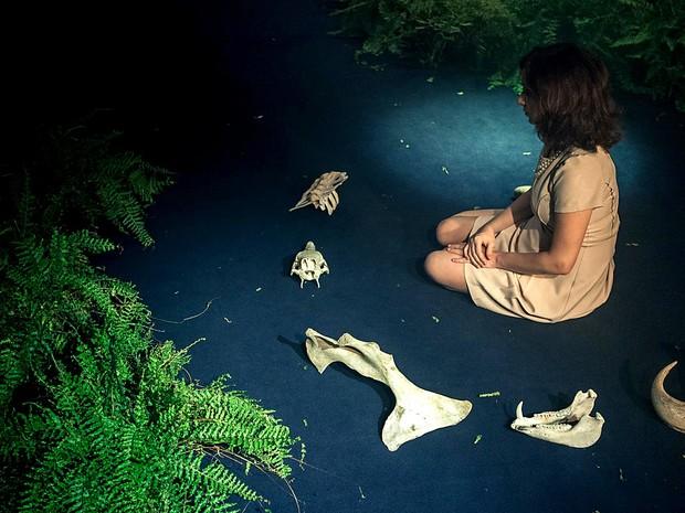 Cena da peça Tragédia: uma tragédia, que tem cobertura jornalística do fim do mundo; montagem é atração na Caixa Cultural, em Brasília (Foto: Cris Lyra/Divulgação)