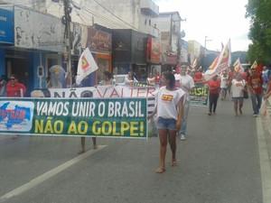 Manifestantes fizeram ato a favor da presidente Dilma Roussef e do ex-presidente Luiz Inácio Lula da Silva na manhã desta quinta-feira (17) em Patos (Foto: Felipe Valentim/TV Paraíba)