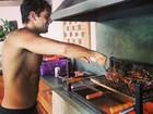 Sem camisa, Rafael Cardoso mostra  dotes culinários: 'Churrasqueando'
