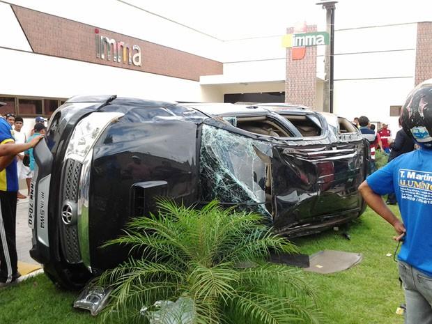 Caminhonete de luxo ficou destruída após colisão (Foto: Gisele Carvalho/O Estado)