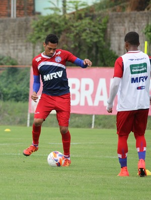 Hernane treina com bola no Bahia (Foto: André Santos/ Divulgação / E.C. Bahia)