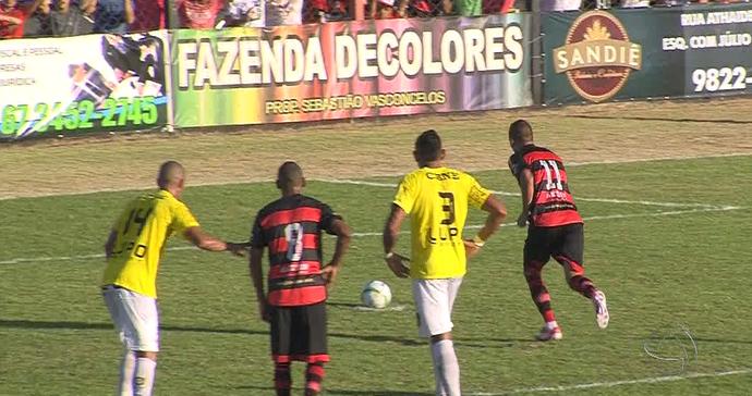 Lance entre Águia Negra e Cene pelo primeiro jogo da decisão do estadual (Foto: Reprodução/TV Morena)