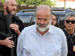 João Vaccari, tesoureiro do PT, é escoltado por policiais durante chegada ao Instituto Médico Legal de Curitiba. Vaccari foi preso na 12ª fase da Operação Lava Jato (Foto: Rodolfo Buhrer/Reuters)