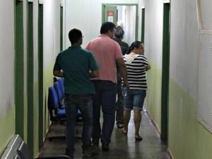 Pais da jovem assassinada Naiara Karine chegam à Delegacia de Patrimônio, em Porto Velho (Foto: Halex Frederic/G1)