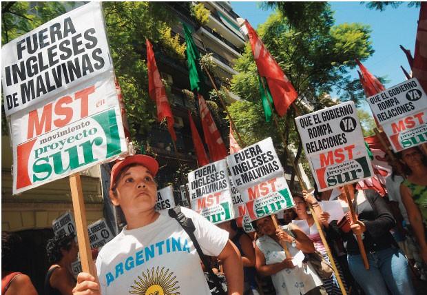 JOVENS APROVAM... Num protesto diante  da embaixada britânica no início do ano, manifestantes apoiam  a reivindicação  de soberania sobre  as Ilhas Malvinas, ressuscitada por Cristina  (Foto: Sergio Goya/AFP)