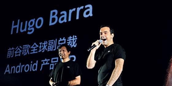 EXPANSÃO Lei Jun e Hugo Barra (à dir.) em apresentação na China. O desafio é replicar o sucesso em outros países (Foto: AP)