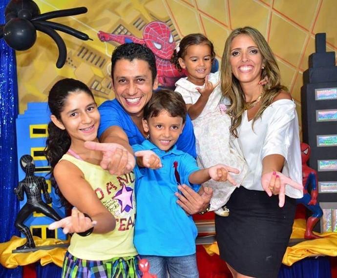 MC Leozinho posa ao lado da família (Foto: Arquivo pessoal)
