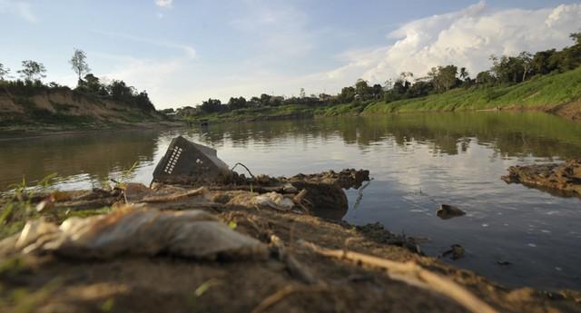 Rio Acre atinge níveis mínimos durante a seca que assola Rio Branco (Foto: Marcello Casal Jr/ABr)