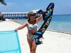 Susana Vieira curte praia nos EUA de biquíni tomara que caia