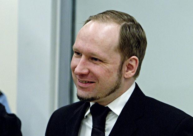 O extremista Anders Breivik sorri durante sessão desta segunda (14) em Oslo (Foto: AFP/Stian Lysberg Solum)