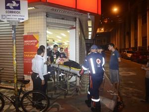 Funcionário baleado foi socorrido por uma equipe do Samu e levado ao hospital no Espírito Santo (Foto: Vitor Jubini/ A Gazeta)