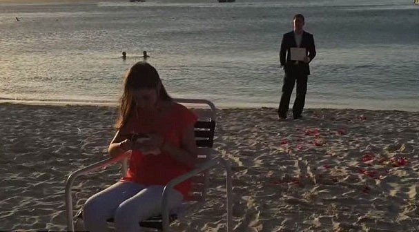 Jennifer assiste o vídeo enquanto Dean se prepara pra fazer o pedido oficial (Foto: Reprodução/YouTube)