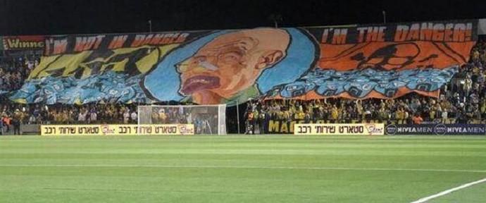 BLOG: Walter White, de Breaking Bad, vira bandeirão de torcida do Maccabi Tel Aviv