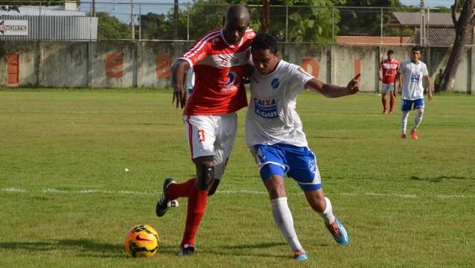 Jogador mais 'badalado' do Tubarão, Somália recebe forte marcação e pouco aparece no jogo (Foto: Nailson Wapichana)