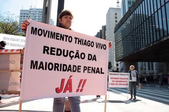 Familiares de vítimas de violência fizeram um protesto no sábado (20) na Avenida Paulista, em São Paulo, a favor da redução da maioridade penal (Foto: Luiz Claudio Barbosa/Código19 / Agência O Globo)