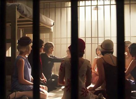 Lucerne recebe surpresa das meninas do Maison na cela