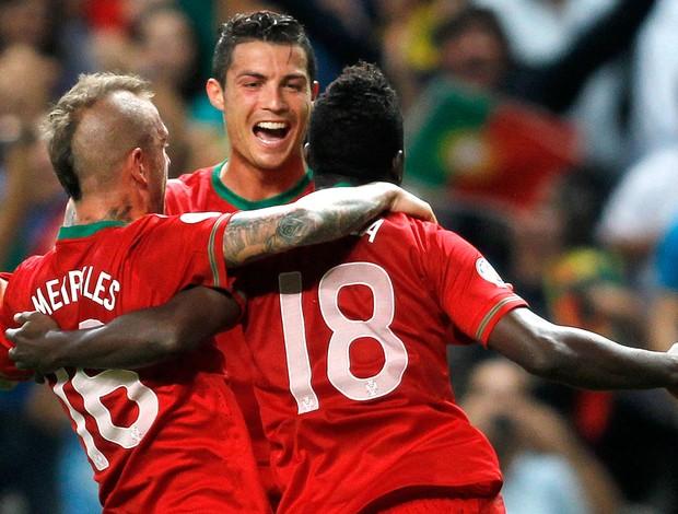 Cristiano Ronaldo e Varela, Portugal x Azerbaijão (Foto: Agência Reuters)