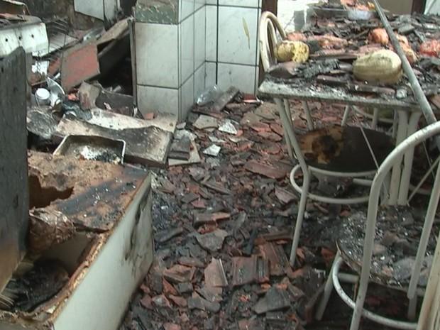 Cozinha da casa ficou destruída em Rio Preto  (Foto: Reprodução / TV TEM)