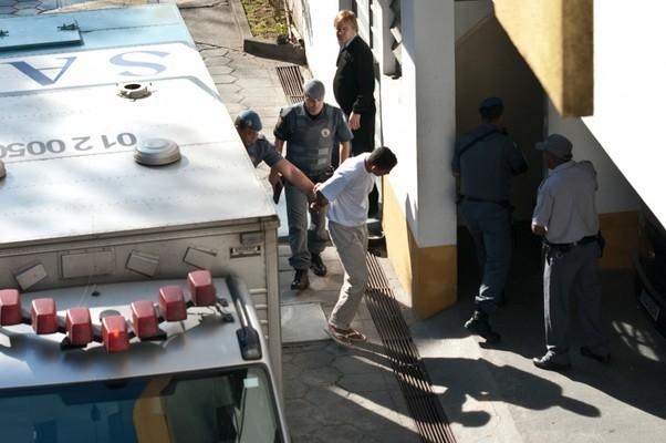 Elcyd Oliveira Brito, condenado por participar do assassinato Celso Daniel, chega ao Tribunal do Júri de Itapecerica da Serra (Foto: Marcelo Camargo/ABr)