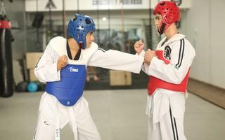 Marcos Gongalves dá aula de taekwondo para Gabriel Leão e Junior Coelho (Foto: Iwi Onodera / EGO)