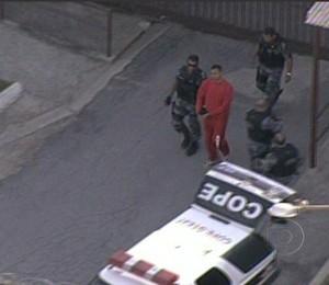Bruno é levado por policiais ao Fórum de Contagem, em Belo Horizonte, Minas Gerais, onde será julgado junto com outros quatro réus. (Foto: Reprodução/TV Globo)